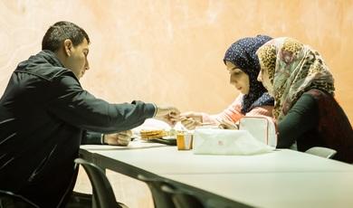 Praat niet over maar mét vluchtelingen. Bezoek met ons een asielcentrum